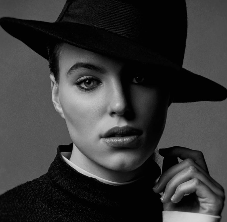 dame met zwarte hoed